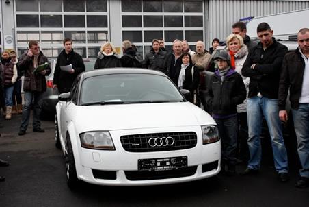 Bieter bei der Auktion eines Audi TT