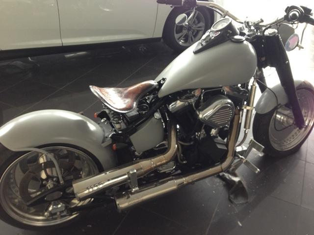 Graue Harley Davidson Softail
