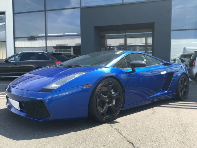 Blauer Lamborghini Gallardo in der Versteigerung im Autopfandhaus